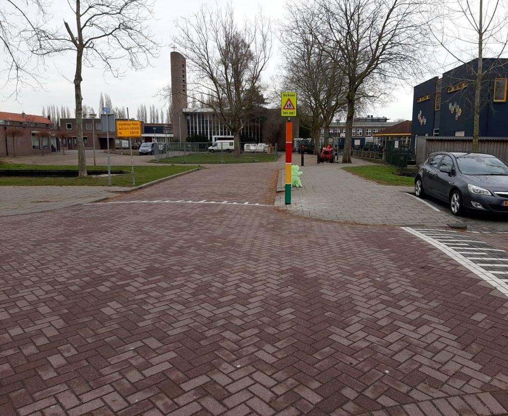 Op de foto is de schoolzone van De Bijenkorf aan het Aalbersplein te zien.